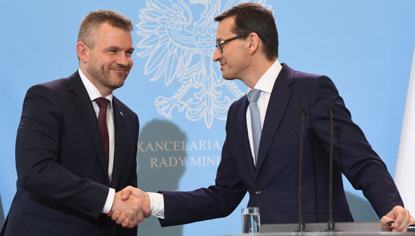Premier Mateusz Morawiecki (P) oraz szef słowackiego rządu Peter Pellegrini (L) (fot. PAP/Radek Pietruszka)
