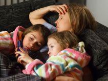 Dziewczynki wyczuwają, że jest coś, o czym mama nie chce im powiedzieć (fot. Mateusz Wiecha/TVP)