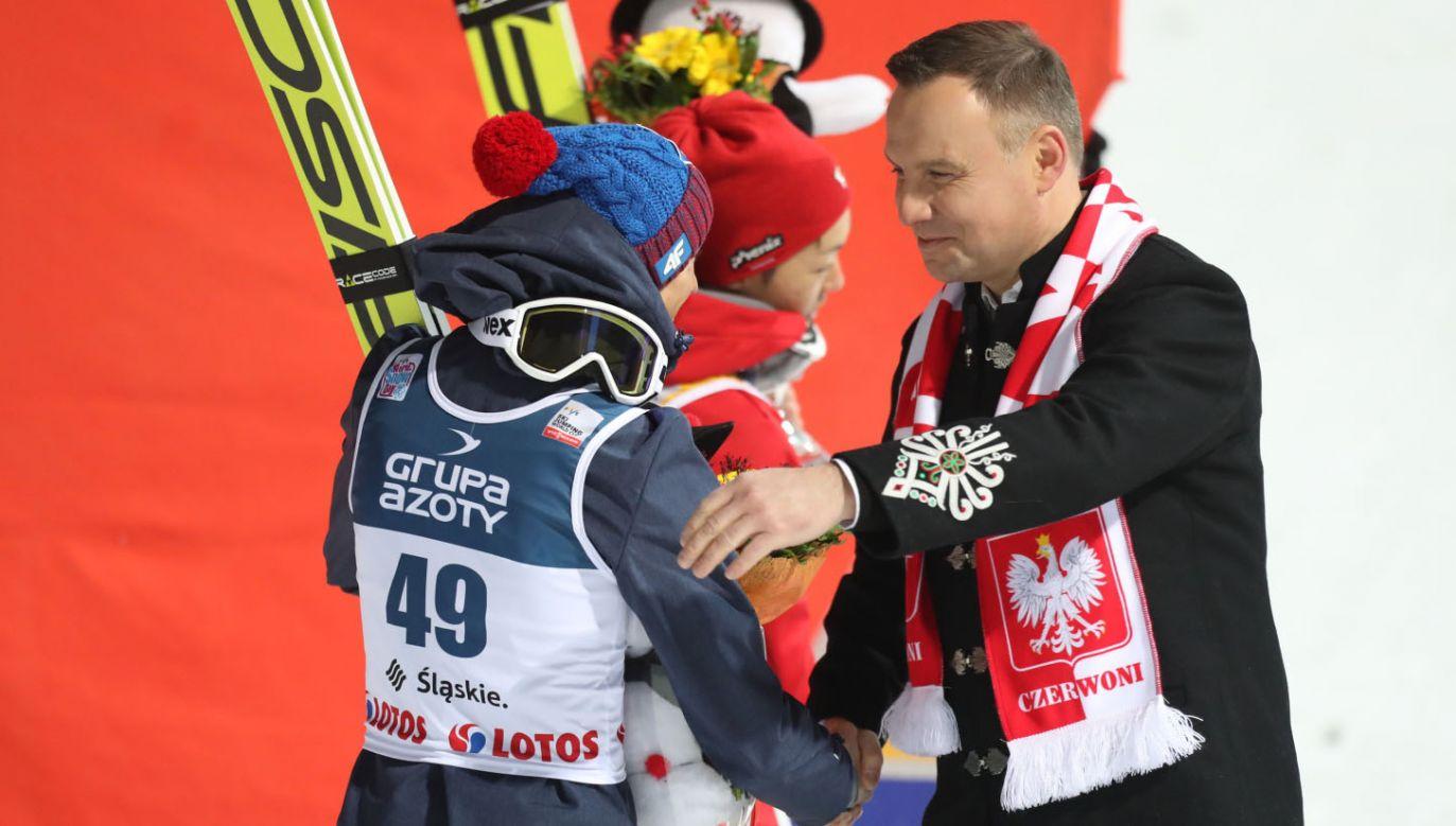 Prezydent Duda (P) pogratulował Kamilowi Stochowi drugiego miejsca w konkursie indywidualnym Pucharu Świata (fot. PAP/Grzegorz Momot)