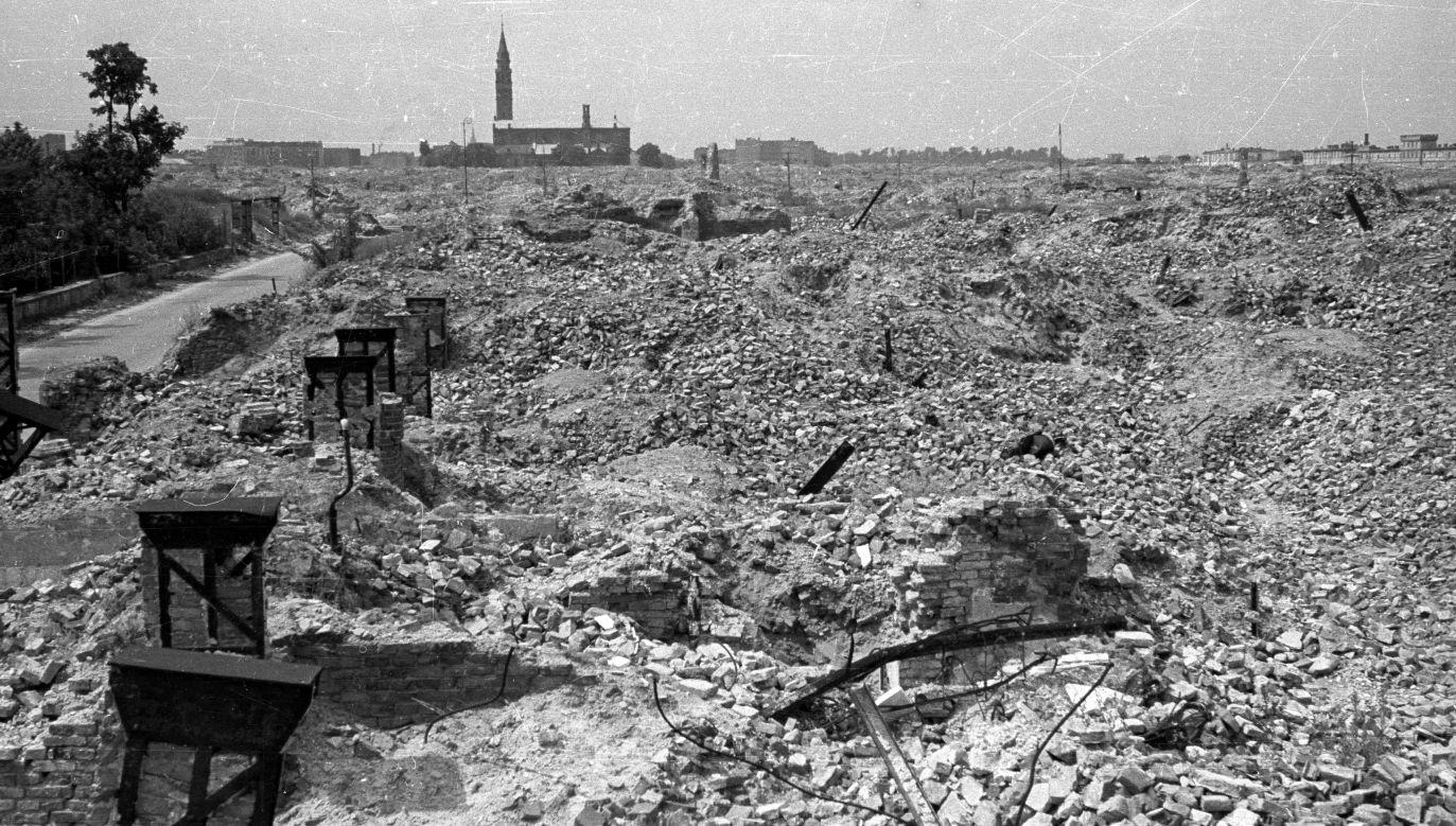 Warszawa, 1948-06. Ruiny na terenie dawnego getta. W głębi kościół św. Augustyna. Fot. PAP/Stanisław Dąbrowiecki