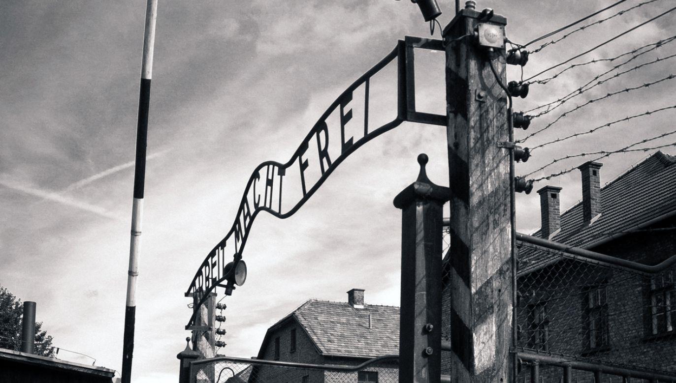 Auschwitz I, brama główna (fot. wikipedia.org/ PerSona77)