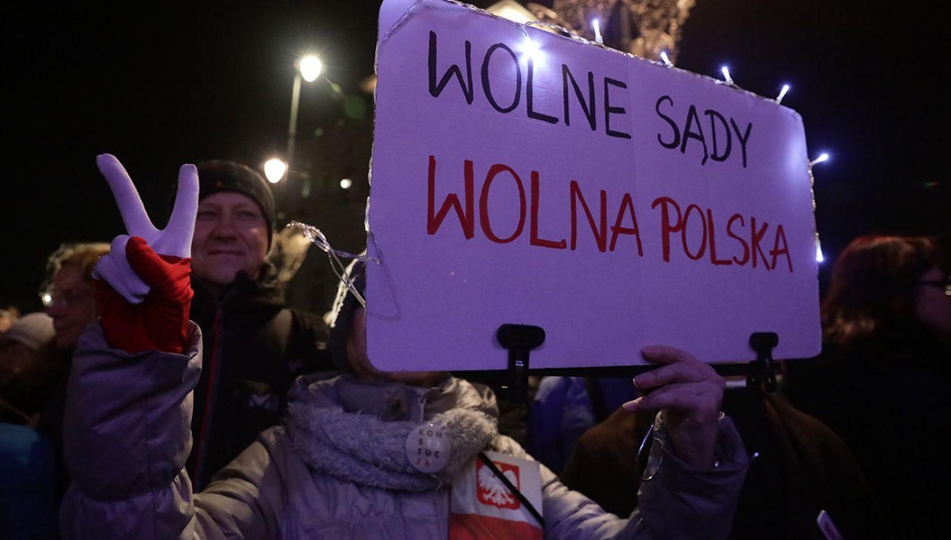 """Demonstrujący skandowali: """"Wolne sądy, wolne wybory, wolna Polska"""" (fot. PAP/Tomasz Gzell)"""