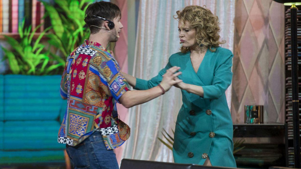 – Chodzony! – aktorka pokazała taneczny krok, jaki dominował na parkiecie w tamtym czasie (fot. J. Bogacz/TVP)