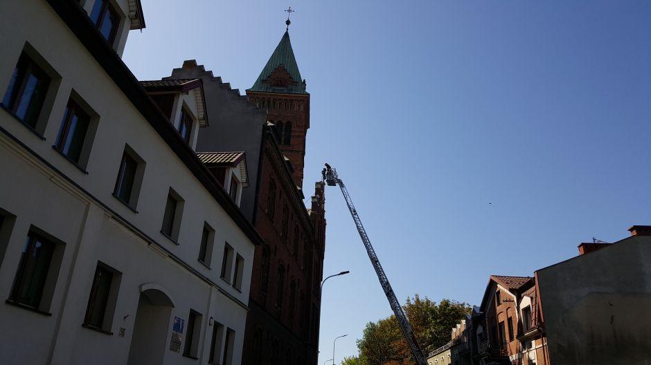 Strażacy zabezpieczają krzyż na Klasztorze Redemptorystów w Krakowie (5)