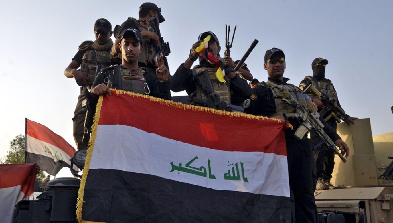 Żołnierze z iracką flagą na ulicach Mosulu (fot. PAP/EPA/STR)