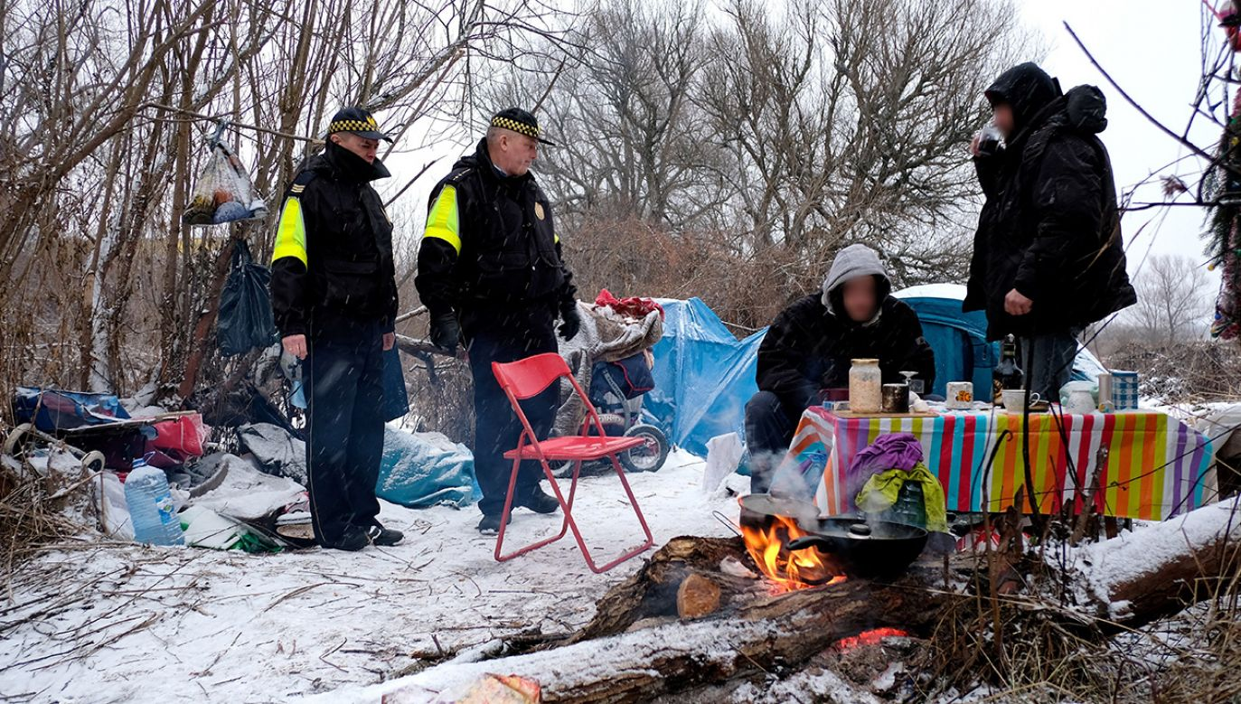 Strażnicy miejscy podczas patrolowania miejsc, gdzie gromadzą się bezdomni w Przemyślu (fot. arch. PAP/Darek Delmanowicz)
