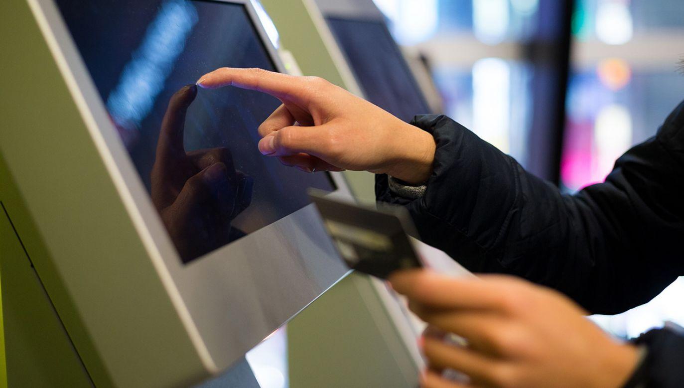 Za pośrednictwem terminali będzie można wyszukać potrzebne usługi, a następnie wysłać np. garnitur do pralni czy krawca.(fot. Shutterstock/leungchopan)