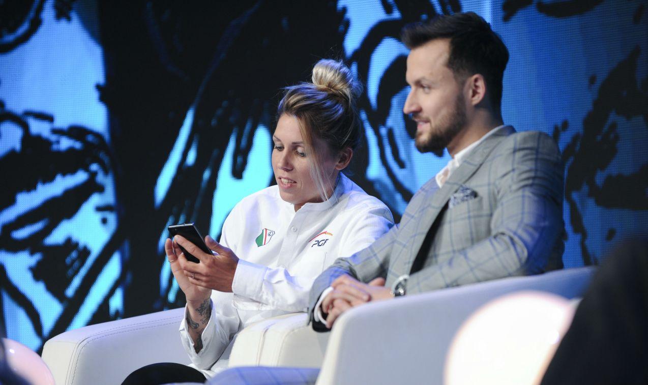 Zofia Klepacka, zapalona kibicka, rozdaje karty i trafnie odpowiada na pytania (fot. Natasza Młudzik/TVP)