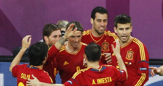 Radość Hiszpanów po golu Fernando Torresa (fot. PAP/EPA)