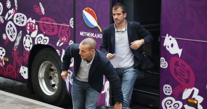 Wesley Sneijder i Rafael van der Vaart przed hotelem w Krakowie (fot. PAP/EPA)