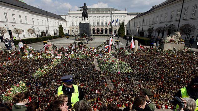 Znicze przed Pałacem Prezydenckim, 11 kwietnia 2010 r. (fot. Sean Gallup / Staff / Getty Images)