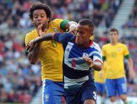O piłkę walczą Marcelo i Ryan Bertrand (fot. PAP/EPA)
