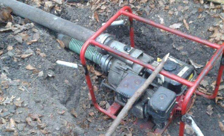 Motopompa skonfiskowana podczas akcji. (fot. gdansk.lasy.gov.pl).