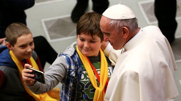 Papież Franciszek od początku pontyfikatu stara się być blisko ludzi (fot. REUTERS/Alessandro Bianchi)