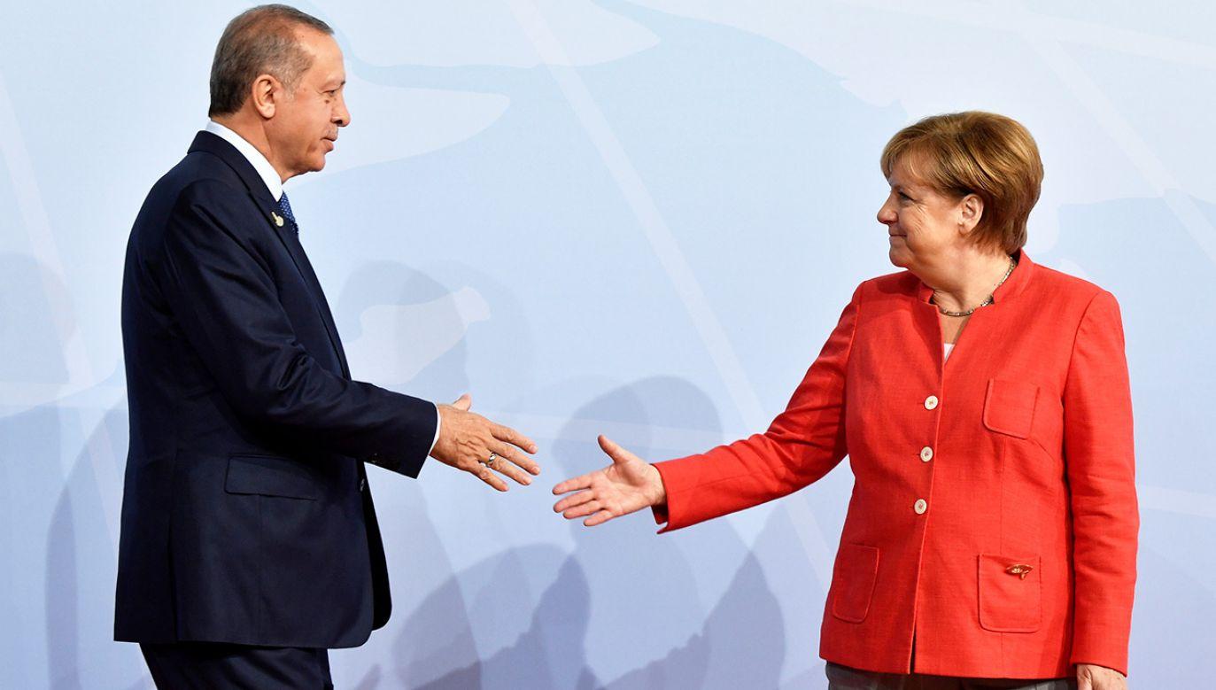 Zdaniem opozycji, Angela Merkel stała się współwinna zbrodni Recepa Tayyipa Erdogana na Kurdach (fot. REUTERS/John MACDOUGALL)
