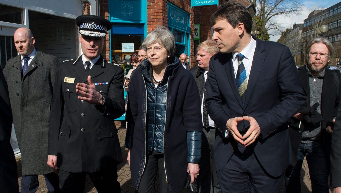 Szef policji Wiltshire, Kier Pritchard rozmawia z premier Teresą May podczas jej wizyty w Salisbury (fot. PAP/EPA/STRINGER)