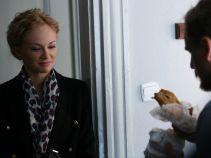 – Weź powąchaj, może to się jeszcze nada, bym sobie odgrzał – Małecki nie chce marnować jedzenia (fot. TVP)
