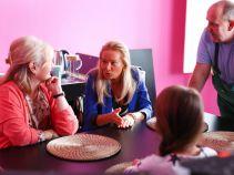 Tymczasem w domu Igi, w różowej atmosferze przyszli teściowie kontynuują trudne rozmowy (fot. A. Grochowska)