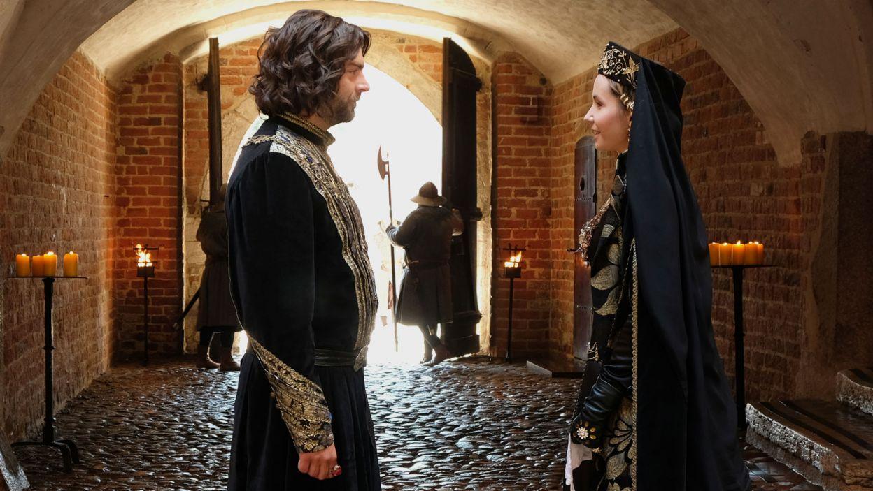 Królowa Elżbieta stara się schłodzić gorącą głowę Kazimierza. Czy jej się uda? (fot. TVP)