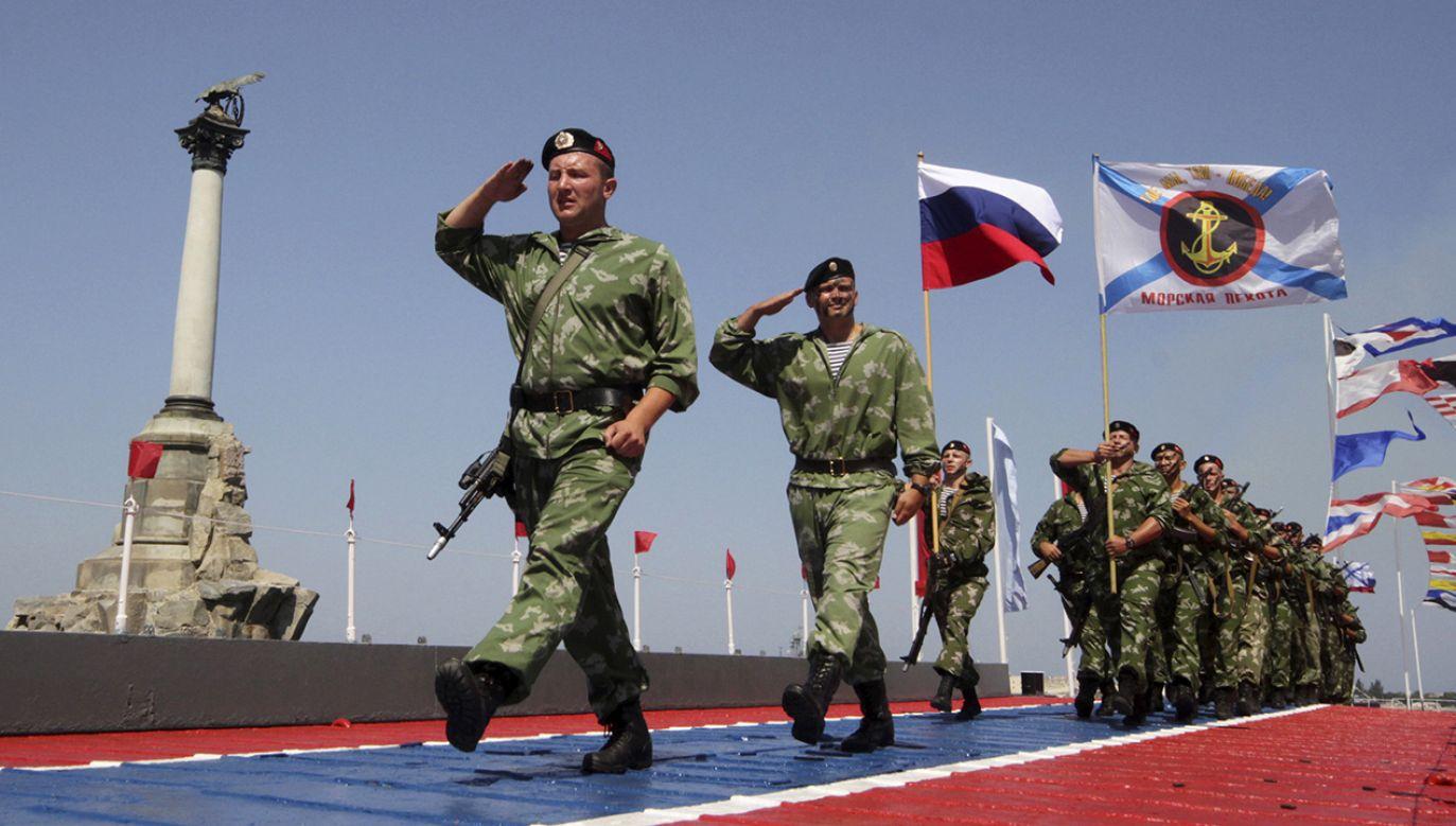 Rosja w 2014 roku podstępem wprowadziła na Krym swoich żołnierzy i pod lufami karabinów przeprowadziła nielegalne referendum (fot. REUTERS/Pavel Rebrov)