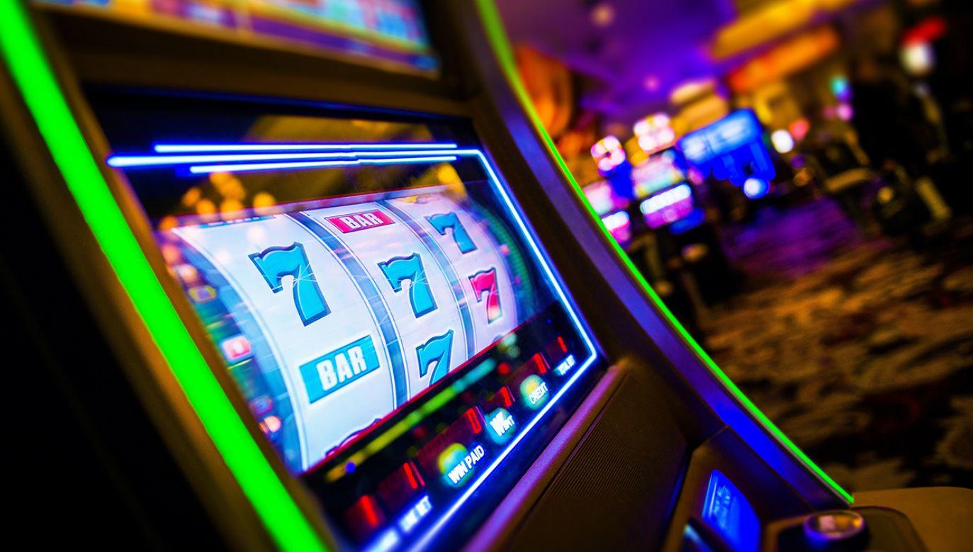 We wspólnej akcji policja i KAS zabezpieczyli 36 nielegalnych automatów do gier (fot. Shutterstock/welcomia)