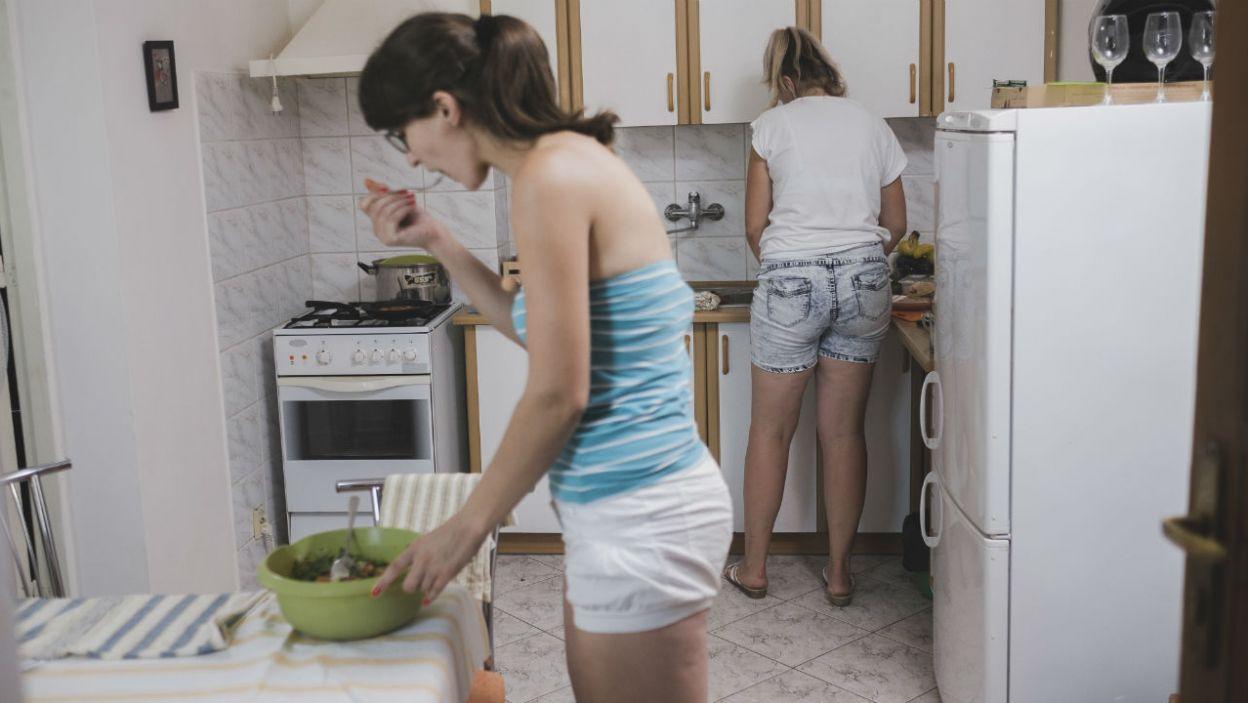– A ty jak solisz ziemniaki? Teraz czy później? – Iwona i Agata łączą siły w kulinarnych wyzwaniach (fot. TVP)