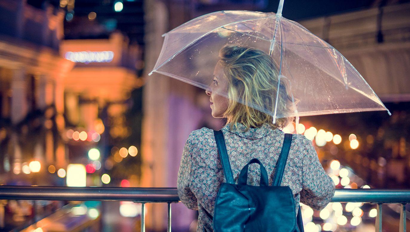 Po weekendzie prognozowane są przelotne opady deszczu oraz burze (fot. Shutterstock/Rawpixel.com)