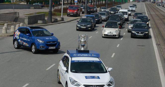 Trofeum jechało ulicami Warszawy (fot. PAP/Bartłomiej Zborowski)
