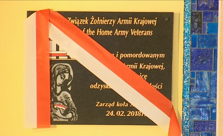 Tablica upamiętniająca Armię Krajową w kościele garnizonowym