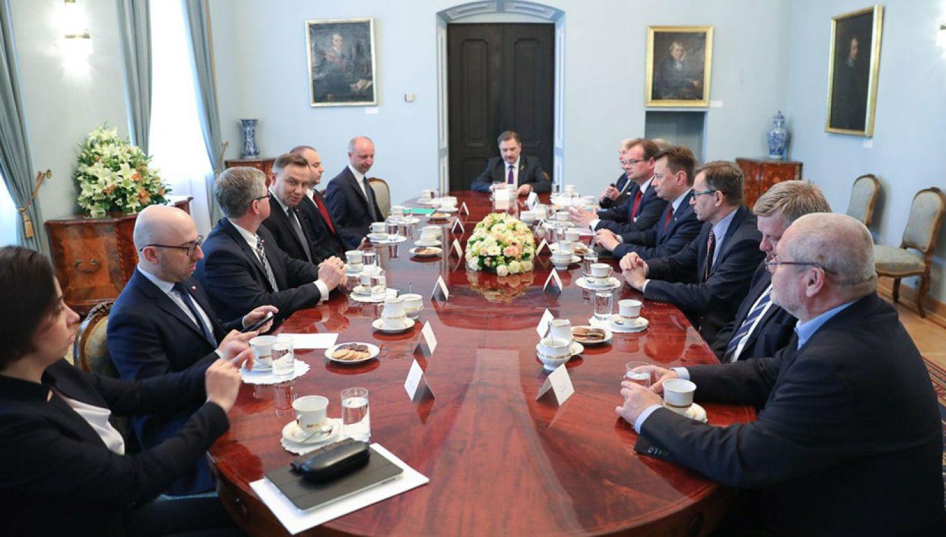 Prezydent Andrzej Duda spotkał się z ministrem obrony narodowej Mariuszem Błaszczakiem (fot. KPRP/Jakub Szymczuk)
