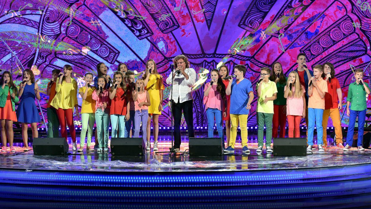 Widzieliśmy młodych wokalistów w różnych konfiguracjach. Tu wszyscy zaśpiewali ze Zbigniewem Wodeckim (fot. I. Sobieszczuk)