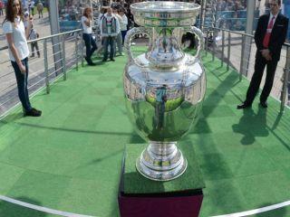 Puchar Henri Delaunaya waży osiem kilogramów i mierzy 60 centymetrów (fot. PAP/Bartłomiej Zborowski)