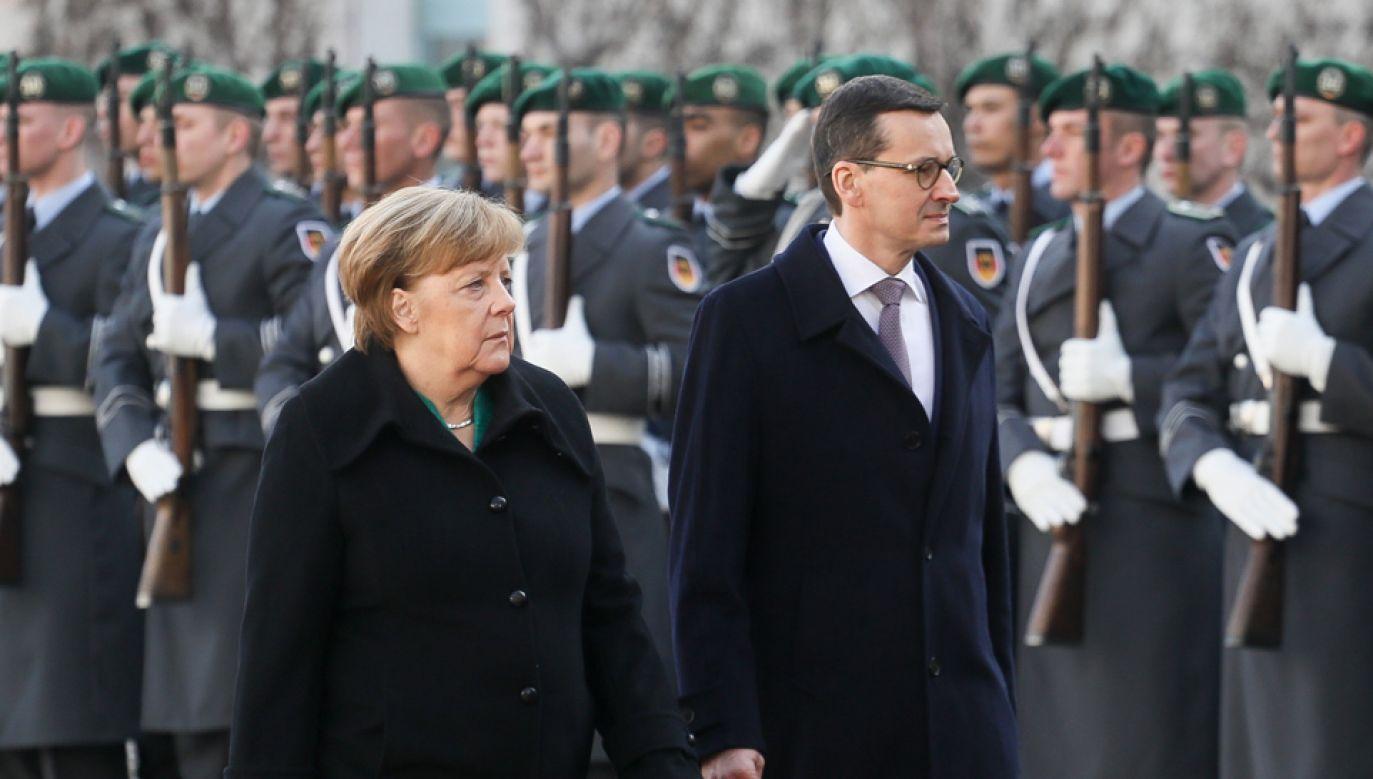 Premier Mateusz Morawiecki i kanclerz Niemiec Angela Merkel podczas ceremonii powitania w Berlinie (fot. PAP/Paweł Supernak)
