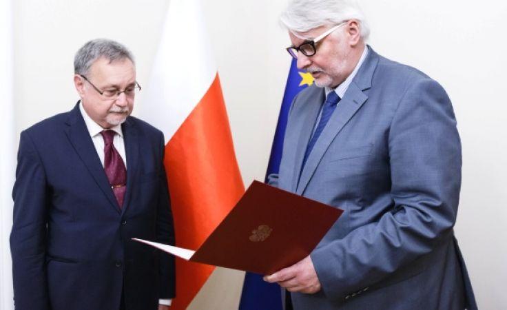 Selim Chazbijewicz otrzymuje nominację z rąk Witolda Waszczykowskiego (fot. msz.gov.pl)
