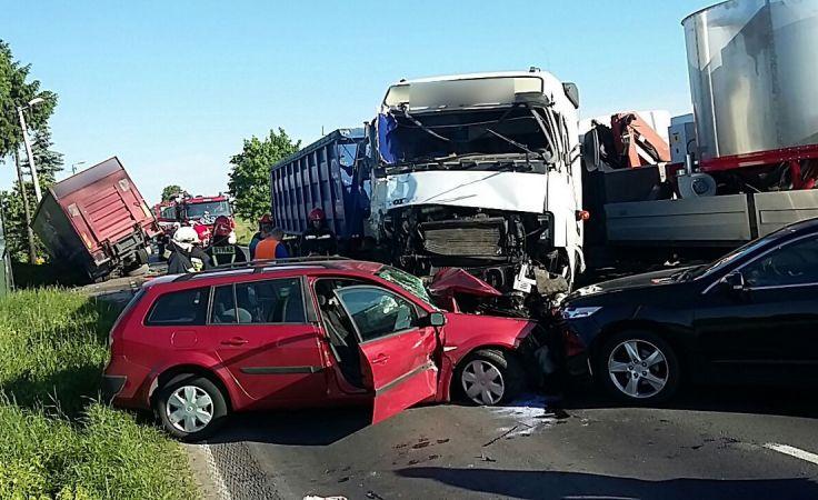 Po zderzeniu auta zablokowały DW552