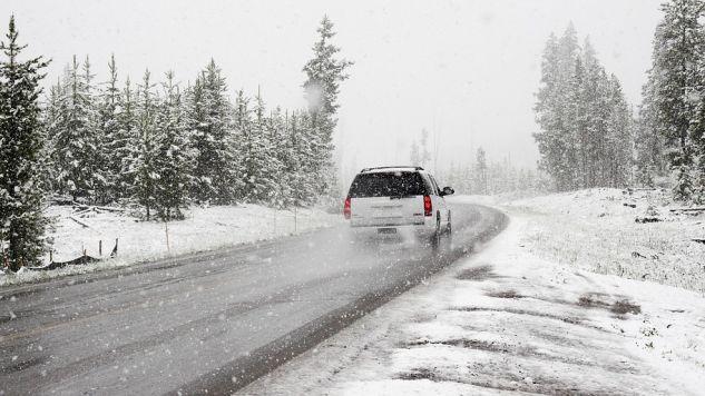 Opady deszczu ze śniegiem i silny, porywisty wiatr. W niedzielę i w poniedziałek rano - będa trudne warunki na drogach (fot. ilustracyjna Pixabay CCO)