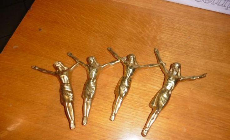 Odzyskane figurki Chrystusa
