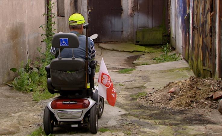 Dziury na podwórku utrudniają życie niepełnosprawnemu