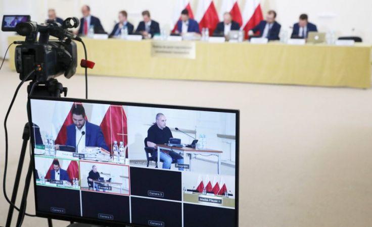 Przewodniczący komisji Patryk Jaki (na monitorze z lewej) podczas przesłuchania byłego urzędnika warszawskiego ratusza Marka Dębskiego (fot. PAP/Tomasz Gzell)