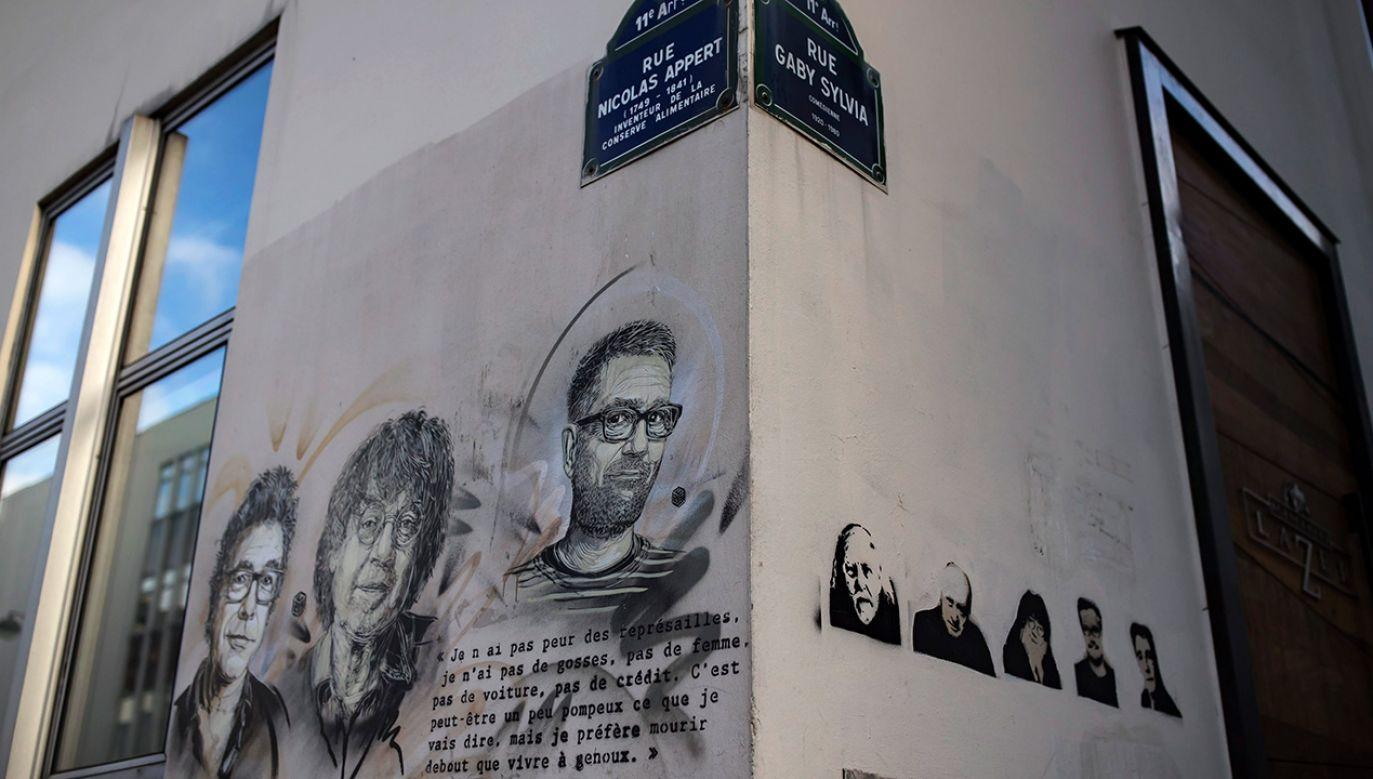 """Mural przedstawiający rysowników zastrzelonych w redakcji """"Charlie Hebdo"""" (fot. PAP/EPA/IAN LANGSDON)"""
