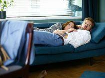 – Tutaj pan pracował do późna z panią... – tłumaczy Monika (fot. TVP)