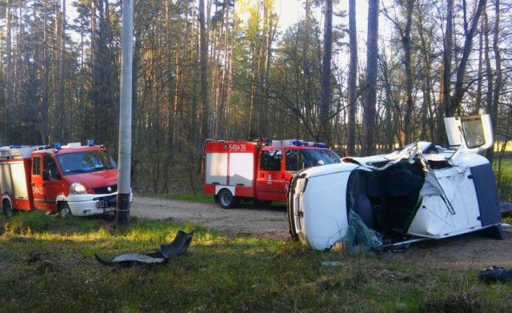 Wypadku w Borach nie przeżyło dwoej pasażerów tego rozbitego peugeota (fot. KPP Tuchola)