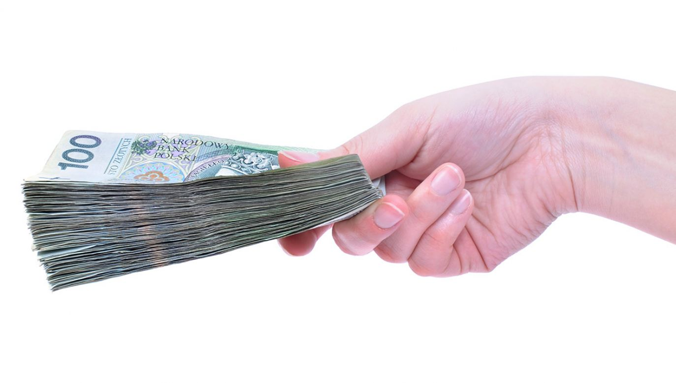 Przyczyną zadłużenia jest m.in. kupowanie na kredyt kosztowych rzeczy (fot. Shutterstock/wawritto)
