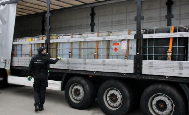 50 tys. litrów nielegalnego oleju. Funkcjonariusze KAS w akcji