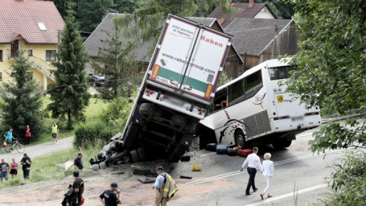 Wypadek autobusu na zakopiance w miejscowości Tenczyn.Fot:  PAP/Grzegorz Momot