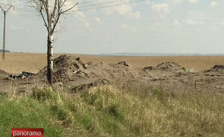 Hałdy gruzu zawaliły trzcinowisko w Kątach Rybackich