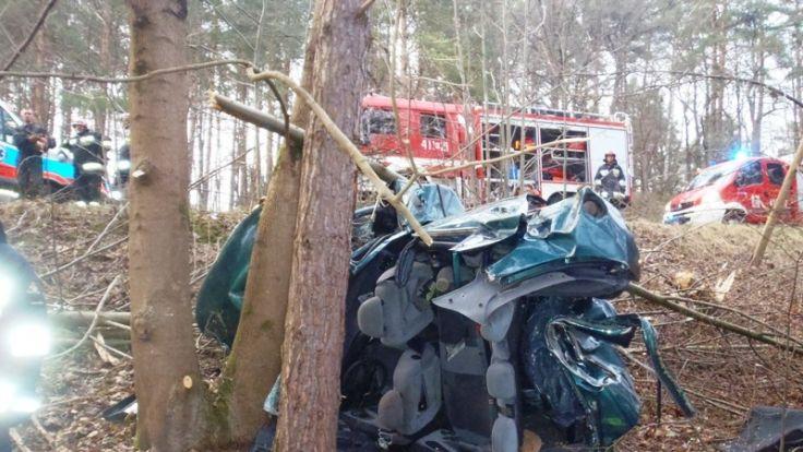 Dwie osoby nie żyją a trzy są ciężko ranne. To wynik wypadku, do którego doszło w poniedziałek wieczorem.