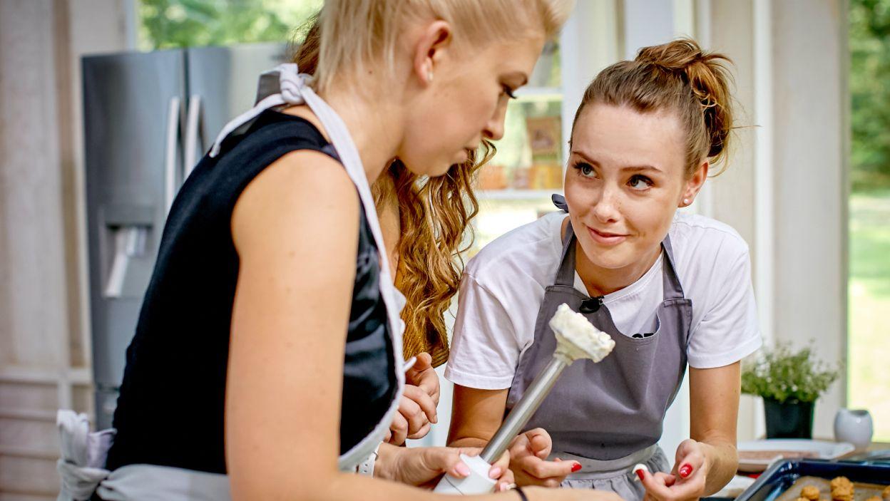 Julia pomagała koleżankom osiągnąć idealną konsystencję majonezu (fot. TVP)