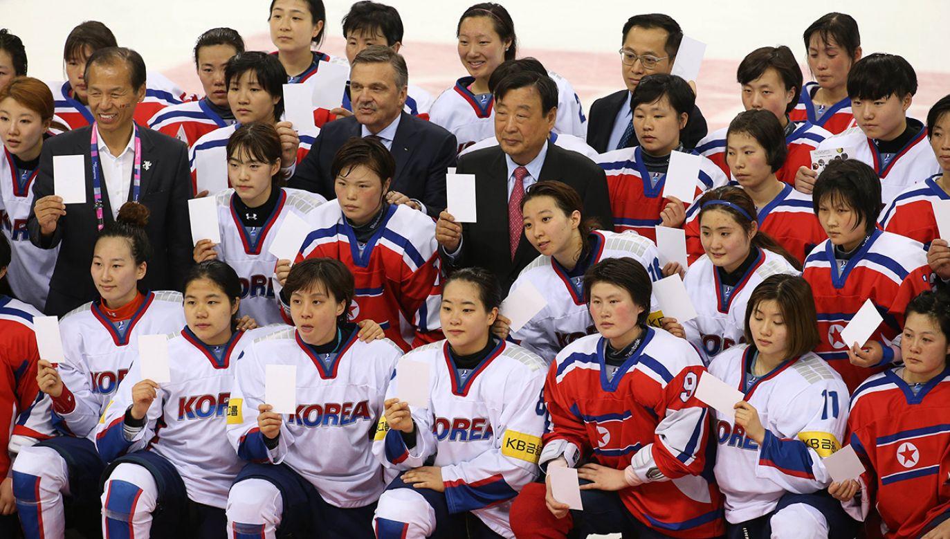 Kobiece drużyny hokejowe z północnej i południowej Korei (fot. PAP/EPA/YONHAP)