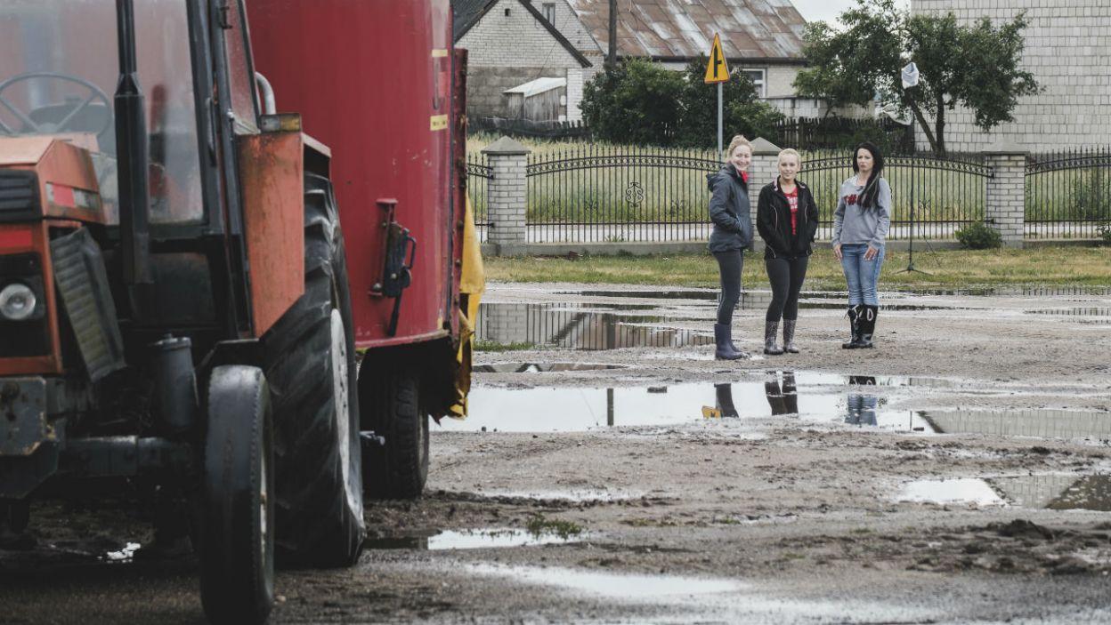 Wybranka rolnika powinna znać obsługę niektórych maszyn. Która z nich najlepiej czuje się za kółkiem traktora? (fot. TVP)
